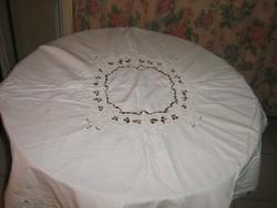 Csodaszép madeira hímzett virágok közepén toledó mintás azsúros terítő
