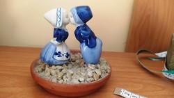 Kedves kis porcelán szobor