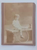 Régi gyerekfotó kislány karikával vintage fénykép