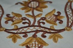Kézzel hímzett asztal közép / terítő