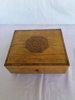 Régi lakkozott,fa ékszeres doboz