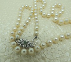 Akoya pearl string 18 kr.White gold clasp with emerald stone