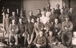 Katonák csoportkép, kórházi kép, kitüntetés, ápoló, pipázás, harmonikázás