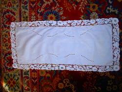 Áttört hímzett csipke szegéllyel  terítő, futó    79 cm X 36 cm