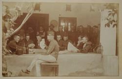 Régi fotó képeslap katona kártyaparti kártyázás I. világháború