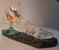 Kortárs absztrakt üveg szobor, asztaldísz, márvány talpon
