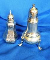 2 db régi ezüst füszertartó, jelzett egyben eladó, 69,6 gr.10,5 cm, és 8,5 cm magas.