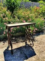 Kovácsoltvas asztalka, virágtartó