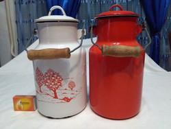 Két darab régi két literes zománcos tejes kanna együtt - piros és fehér, mintás - népi dekorációnak