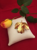 Arany színű falevél, levél különleges bross, kitűző