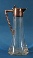Jól megtervezett üveg kancsó ezüst fogantyúval és fedéllel