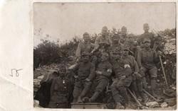Katona csoportkép, bunker, fegyver, sapkajelvény, kitüntetés, szanitéc karszalag