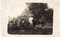 Katona csoportkép, lovas szekér, írótábla nyakban