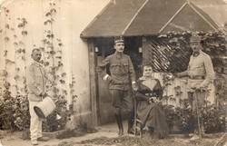 Katona csoportkép, feleség, virágöntözés