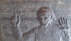 Kodály vezényli a Psalmus Hungaricust - bronz dombormű fára applikálva (iparművészet, relief)