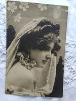 Antik fotólap/képeslap szépséges hölgy stólában, virágok 1908