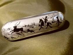 Art-deco ezüst, opak zománc, vadász jelenet, bross,1872-1922 között, 750/1000 oroszlánfej