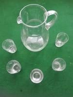 Üvegkancsó poharakkal