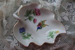 Cakkos szélű levél alakú,Viktória mintás porcelán kínáló tálka.