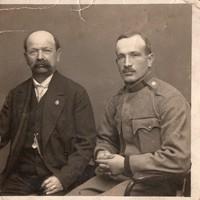 Katona portré fotó rokonnal, frakklánc, kis kitűző 8,5x8,5 cm
