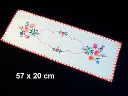Kalocsai virág mintával kézzel hímzett terítő, futó