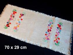 Kalocsai virág mintával kézzel hímzett lenvászon terítő, futó