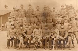 Katona csoportkép, sapkajelvény, vadász, tisztek, kitüntetés