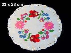 Kalocsai virág mintával kézzel hímzett terítő