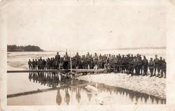 Csoportkép, katonák, folyó