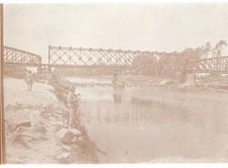Felrobbantott híd, katonák, szükség híd 12x9 cm