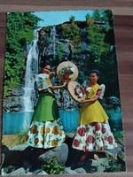 Fülöpszigeti lányok a Taktak vízesés előtt