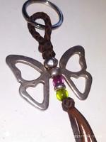 Ezüstözött pillangó kulcstartó üveg díszes bőrön