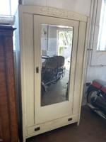 Tükrös akasztós szekrény