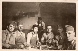 Katona csoportkép 1942, magyar, Gyetvai Ferenc, cipészek, cipőjavítás 9x6 cm
