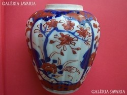 Régi imari váza Japán, , festett porcelán, Imari - jellegű kék- vörös virágdísszel, a peremen pici s