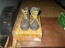 25-ös magas szárú vastagtalpú cipő.