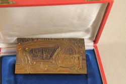 Szignált bronz plakett dobozában 934