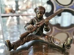 Bronz puskás ülő fiú figura - M539