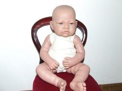 Nagyon bájos Antonio Juan élethű baba, művész baba-szék nélkül