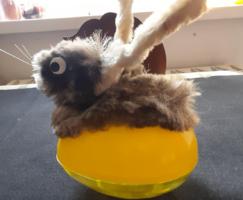 Retro húsvéti kellék: tojás, drótos nyúllal