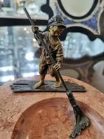 Hamutál, bronz sepregető szoborral, Bergman - M544