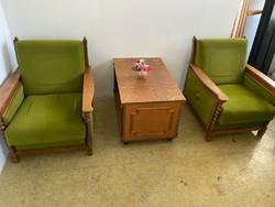 Fotelek és dohányzó asztal