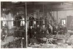 Budapest, Gyár telepen a szekszárdi ruha állvány szerelése 1937 9x6 cm 2 db kép