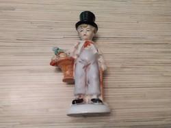 Kalapos kisfiú Virágcsokorral régi Német porcelán.