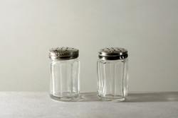 Antik Ezüst tetejű Sószóró Párban 3,5x2cm Csziszolt Üveg Mini Fűszertartó Borsszóró Sótartó