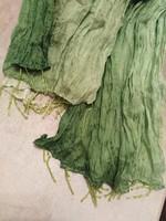 Zöld színű, gyűrt, műselyem női sál