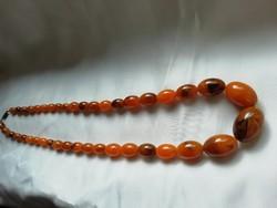 Dekoratív 70 cm-es nyaklánc márványozott gyöngyökkel újrafűzve