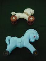 Retro gyermekjáték műanyag kerekes ló