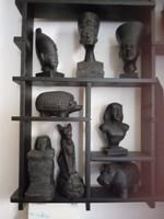 33 darab egyiptomi szobor, szerintem zsírkő,polccal egyutt