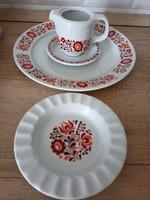Alföldi porcelán piros magyaros kiöntő, tányér, hamutál